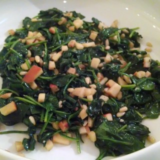 Spinach with garlic and apples